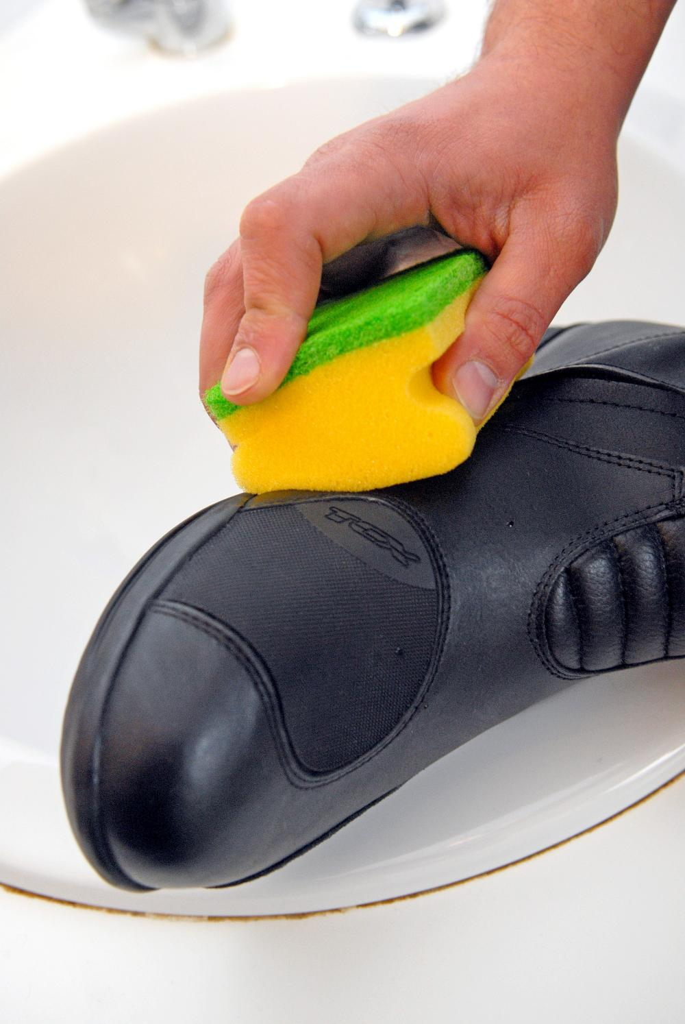 Rimuovere muffa e muffa da vestiti in pelle e scarpe 2020