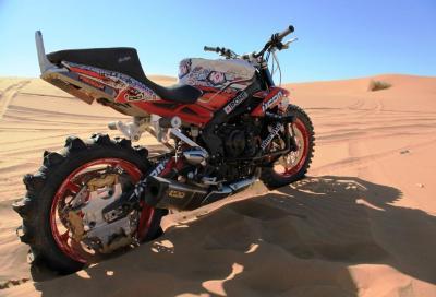 Una Triumph Street Triple R in off road nel deserto