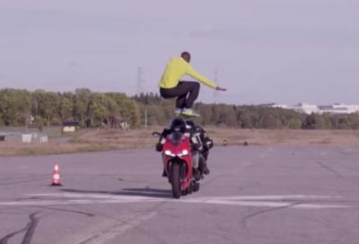 Un uomo salta una Panigale e una Ninja lanciate a 110 km/h!