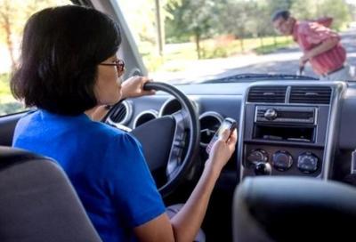 Telefoni al volante? Ti sequestro lo smartphone!