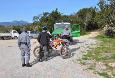 Motociclista non si ferma all'alt e rischia di investire l'agente