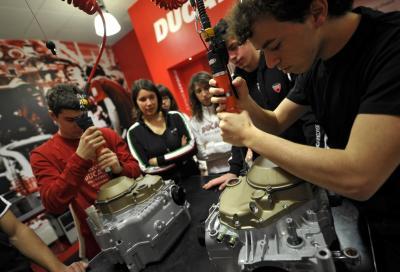 Nell'officina-laboratorio Ducati si insegna la fisica delle moto