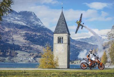 KTM Super Duke R sfida un aereo e va sull'Isola di Man con Fogarty