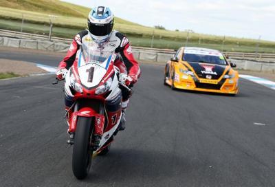 Moto vs auto: McGuinness con la Civic Type R sfida la sua CBR1000RR