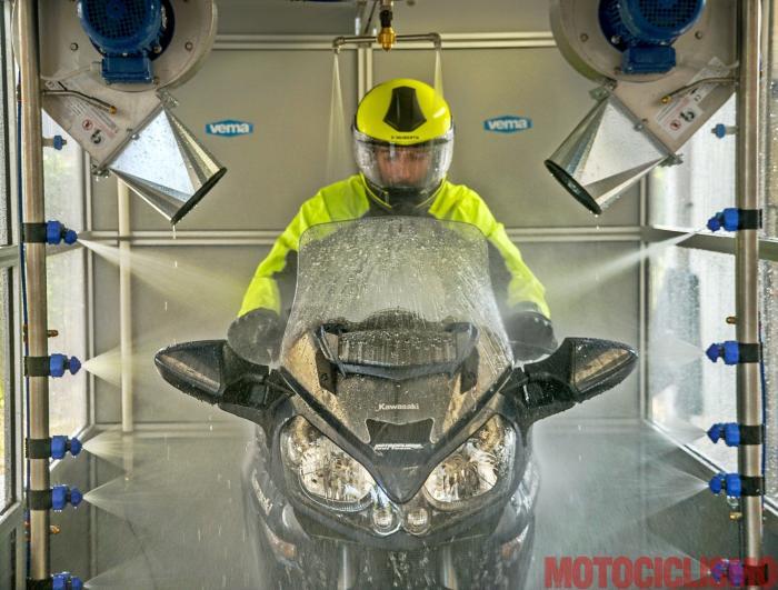 Equipaggiamento protettivo per giacca antipioggia da motociclista