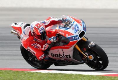 Stoner e i collaudatori MotoGP in pista a Sepang. Il misterioso scarico Ducati