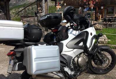 Motociclisti d'agosto: moto super accessoriata e abbigliamento impeccabile