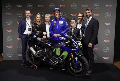 Valentino Rossi consegna la R1 al vincitore dell'asta