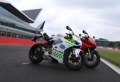 La polizia inglese in sella alla Panigale V4