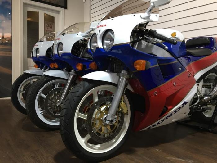 In vendita tre Honda RC30 nuove!