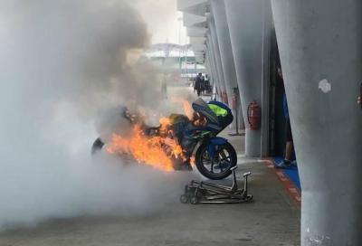 Le fiamme distruggono la Suzuki di Rins