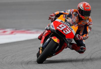 Rossi cade sul più bello, Marquez vince a Sepang