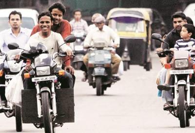 Motociclisti indiani in rivolta contro l'obbligatorietà del casco