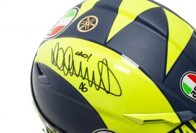 Compra il casco di Rossi, la tuta di Dovi e...