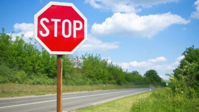 Bisogna fermarsi allo stop anche su strade deserte!
