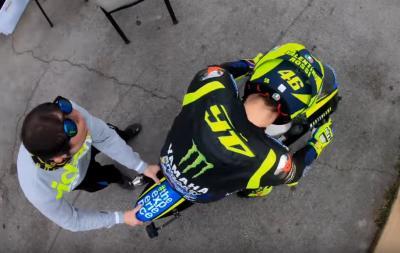Valentino Rossi si allena sulle minibike: il video