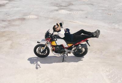 Ewan McGregor sale in sella alla Moto Guzzi V85 TT