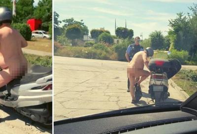 """Nudo in scooter: """"Fa caldo"""". La polizia lo blocca"""