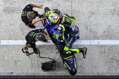Valentino Rossi sulle strade di Tavullia con la Yamaha M1