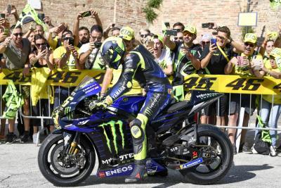 Valentino Rossi a Tavullia con la Yamaha M1