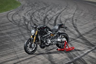 Black on Black: la nuova Ducati Monster 1200 S in azione