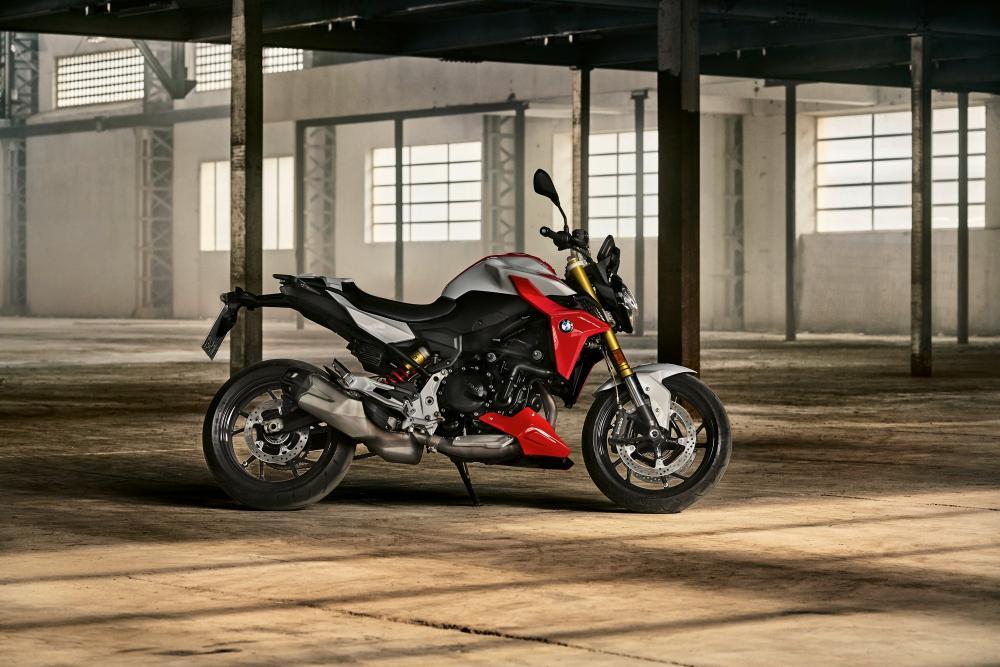 Nuova F 900 R: BMW rinnova completamente la naked media