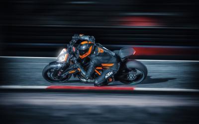 In pista, di notte, con la nuova KTM 1290 Super Duke R