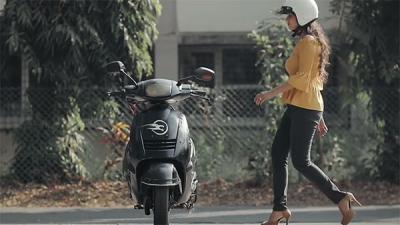 Lo scooter che non cade mai, il video è virale