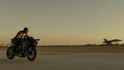 """In Top Gun 2, Tom Cruise """"vola"""" su Kawasaki GPz 900R e H2"""