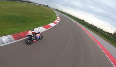 Ducati Panigale V4 R vs drone da corsa