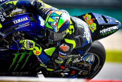 Valentino in pista a Sepang con un nuovo casco