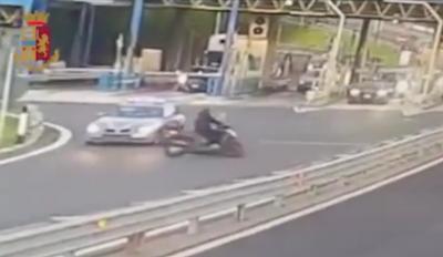 Fugge contromano e senza casco in tangenziale: multa da record a Napoli!