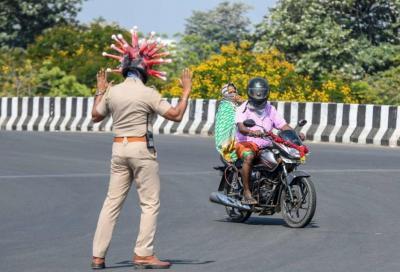 Poliziotti travestiti da Covid-19 attaccano i motociclisti