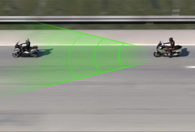 BMW presenta il cruise control adattivo per moto