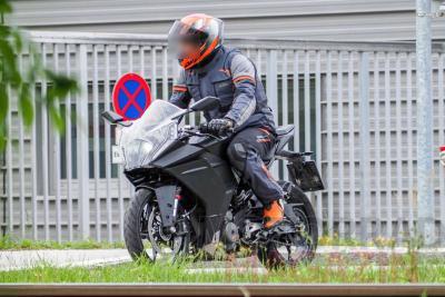 Foto spia ci mostrano la nuova KTM RC 390