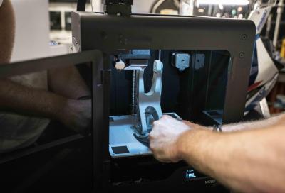 BMW: stampante 3D per creare i pezzi della SBK in pista