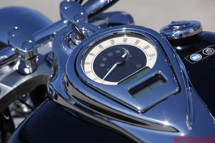 Kawasaki VN1700 Classic: strumentazione mista, nella classica posizione da cruiser