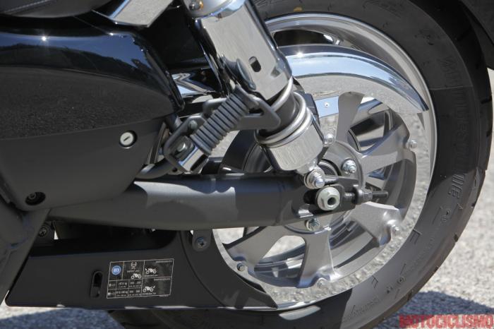 Kawasaki VN1700 Classic: trasmissione a cinghia, ammortizzatori ad aria regolabili nel precarico