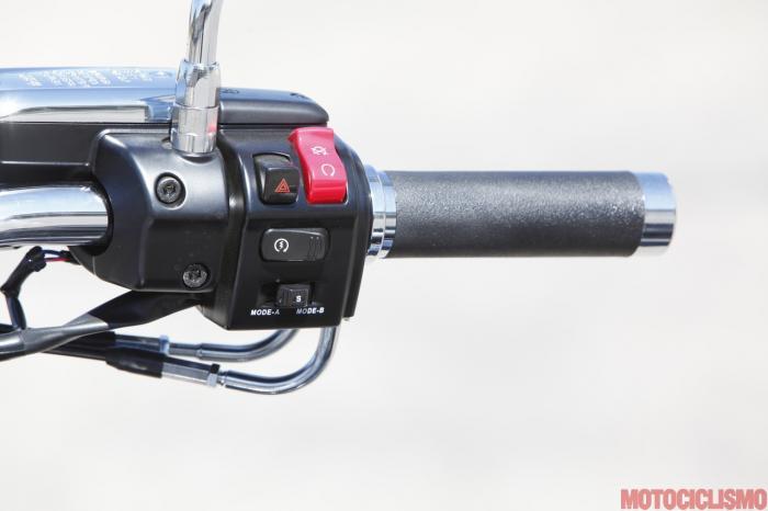 Kawasaki VN1700 Classic: blocchetto elettrico destro. Notare lo switch per scorrere le funzioni del dislpay della strumentazione