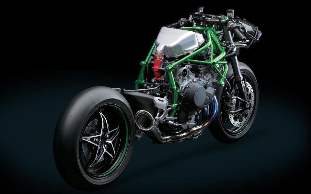 La Kawasaki Ninja H2R nuda. Si apprezza il telaio a tralicco e il forcellone monobraccio. Difficilmente la versione di serie sfoggerà un impianto di scarico così aggressivo e (presumibilmente) sonoro...