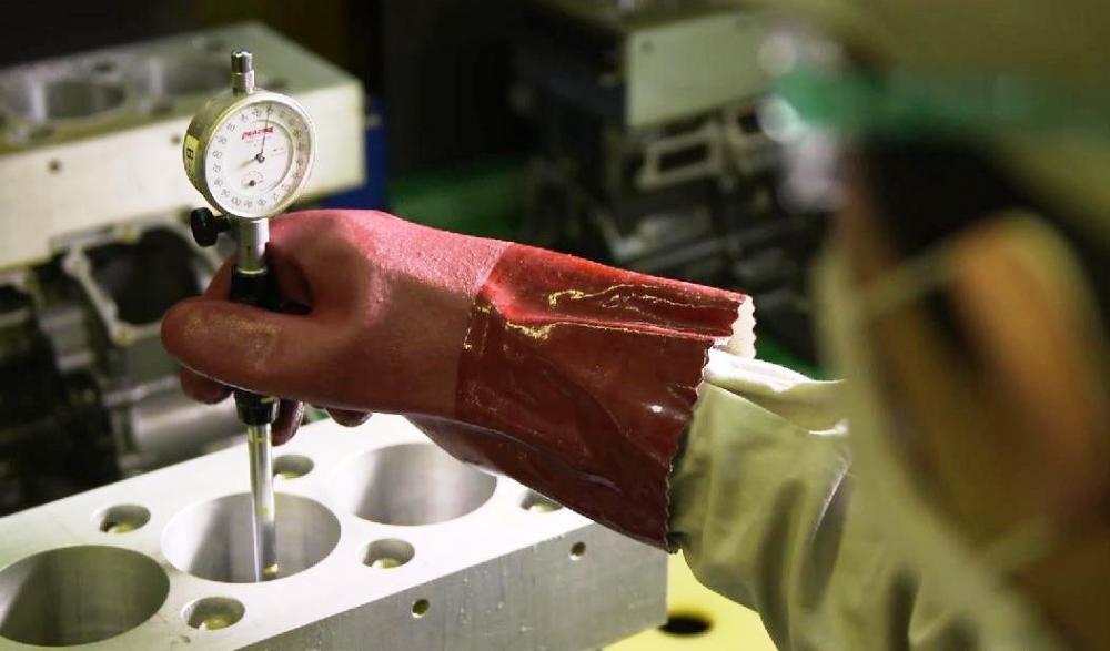 Kawasaki Ninja H2R: realizzazione del blocco cilindri. Qui la misurazione delle tolleranze, fatta a mano da esperti artigiani