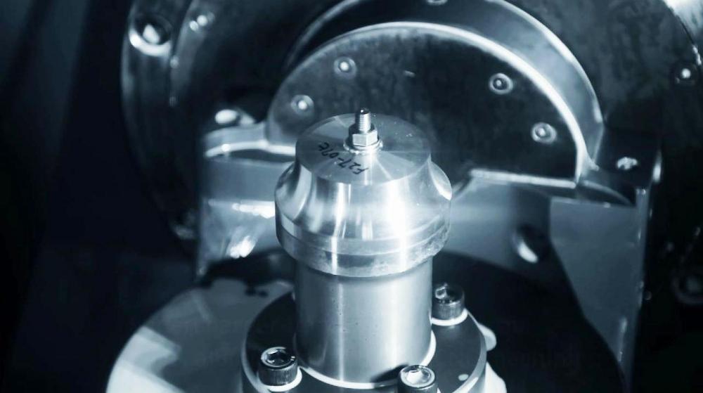 Il blocchetto grezzo da cui, dopo una lavorazione di precisione, viene ricavata dal pieno la girante del compressore
