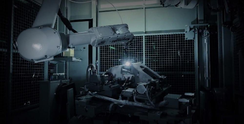 Il telaio a traliccio in tubi d'acciaio viene assemblato grazie all'utilizzo di bracci robotizzati.