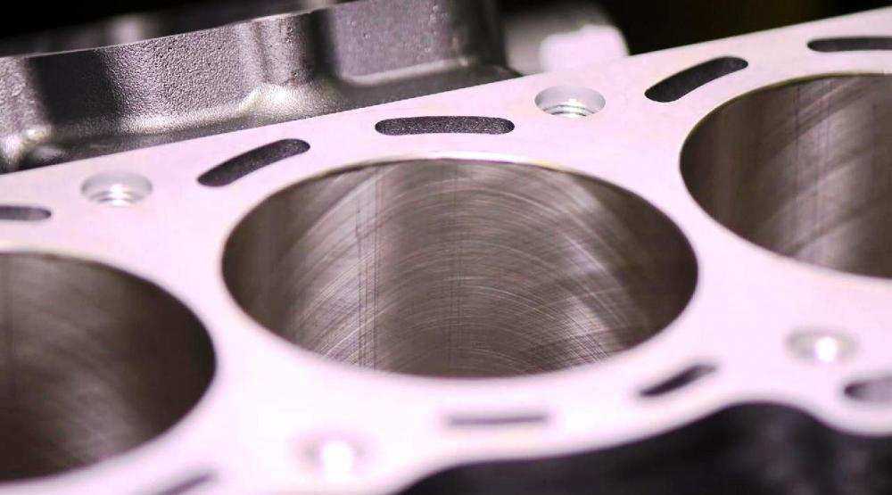 """Kawasaki Ninja H2R: il blocco cilindri dopo l'operazione di """"honing"""", la lavorazione superficiale"""
