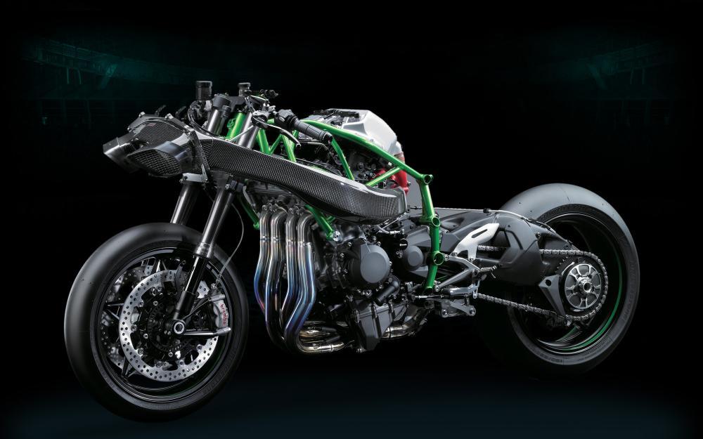 La Kawasaki Ninja H2R nuda. Si vede bene il condotto di immissone dell'aria, ma si apprezza anche il telaio a tralicco e il forcellone monobracciio