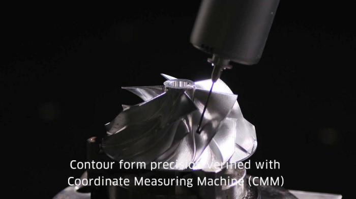 Si verifica l'accuratezza delle misure della girante del compressore