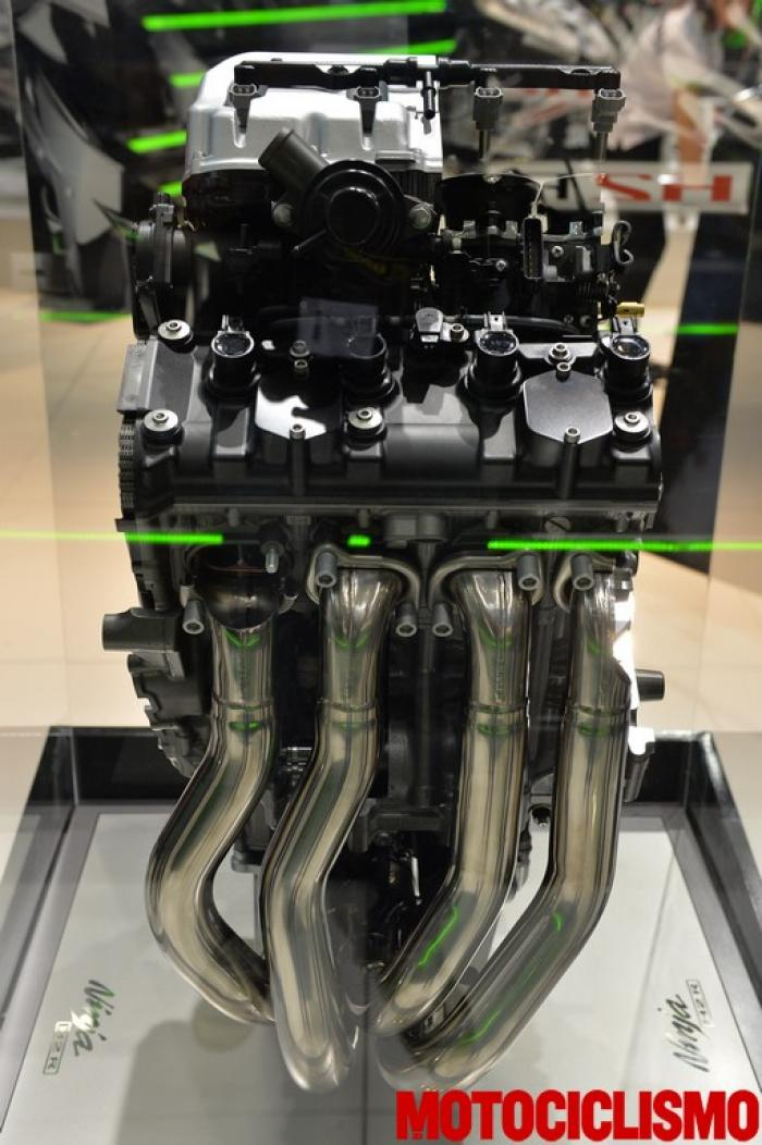"""Spaccato del 4 cilindri 999 cc della Kawasaki Ninja H2R. Sovralimentato tramite un compressore centrifugo azionato a catena, eroga 300 CV nella versione """"solo pista"""". La versione stradale dovrebbe avere potenza di """"almeno"""" 200 CV."""