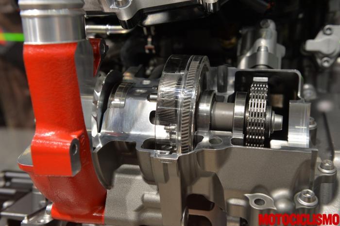 Spaccato del 4 cilindri 999 cc della Kawasaki Ninja H2R. Si vede bene il compressore centrifugo azionato a catena, con ruotismo planetario per moltiplicare il regime di rotazione della girante