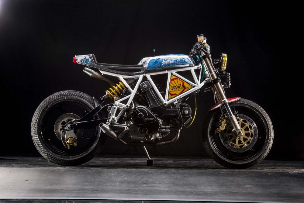"""La special """"Motarda"""" su base Ducati SS350 by Vibrazioni Art Design. Come tutte le moto fatte a Massalombarda (RA), ha le sovrastrutture ricavate da vecchi bidoni di latta."""