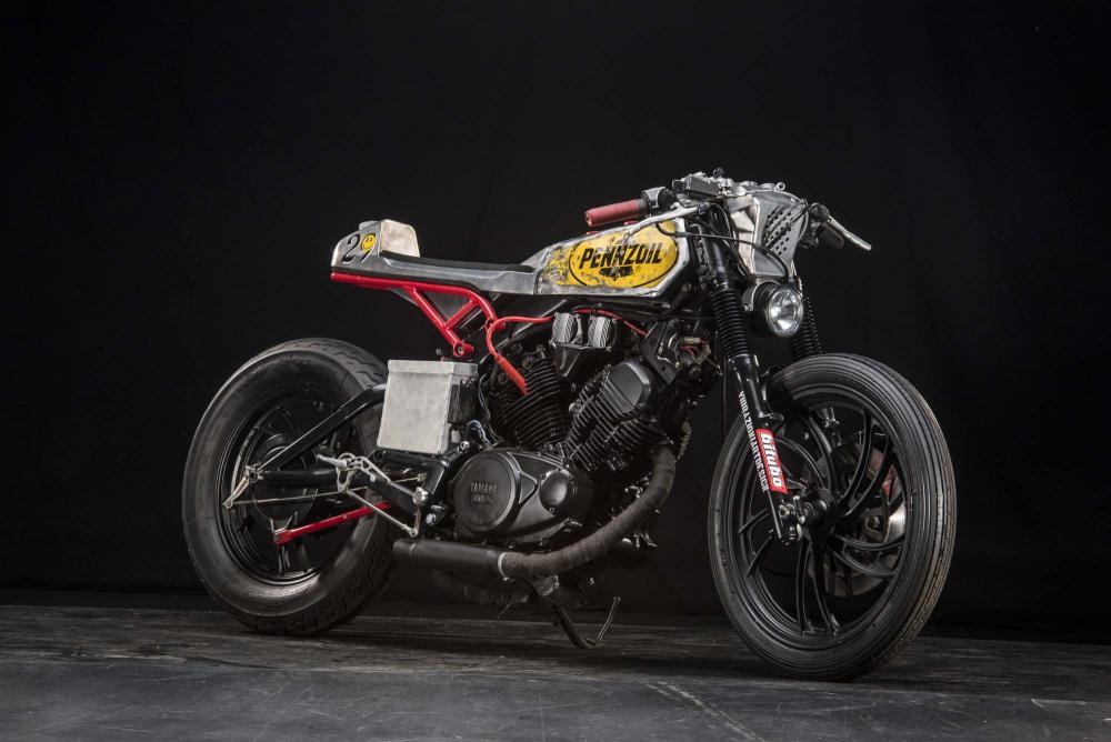 """La special """"Mezzolitro"""" su base Yamaha by Vibrazioni Art Design. Come tutte le moto fatte a Massalombarda (RA), ha le sovrastrutture ricavate da vecchi bidoni di latta."""